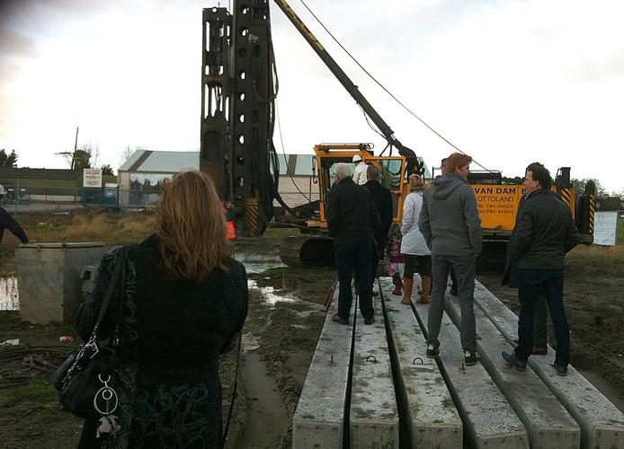 Met het slaan van een eerste paal door wethouder Johan Aalberts is het officiële startsein gegeven voor de bouw van het eerste nieuwe kantoor op bedrijventerrein Ramsburg in Middelburg.foto Theo Giele