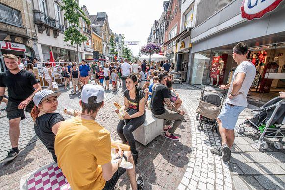 Veel volk in de Ooststraat.