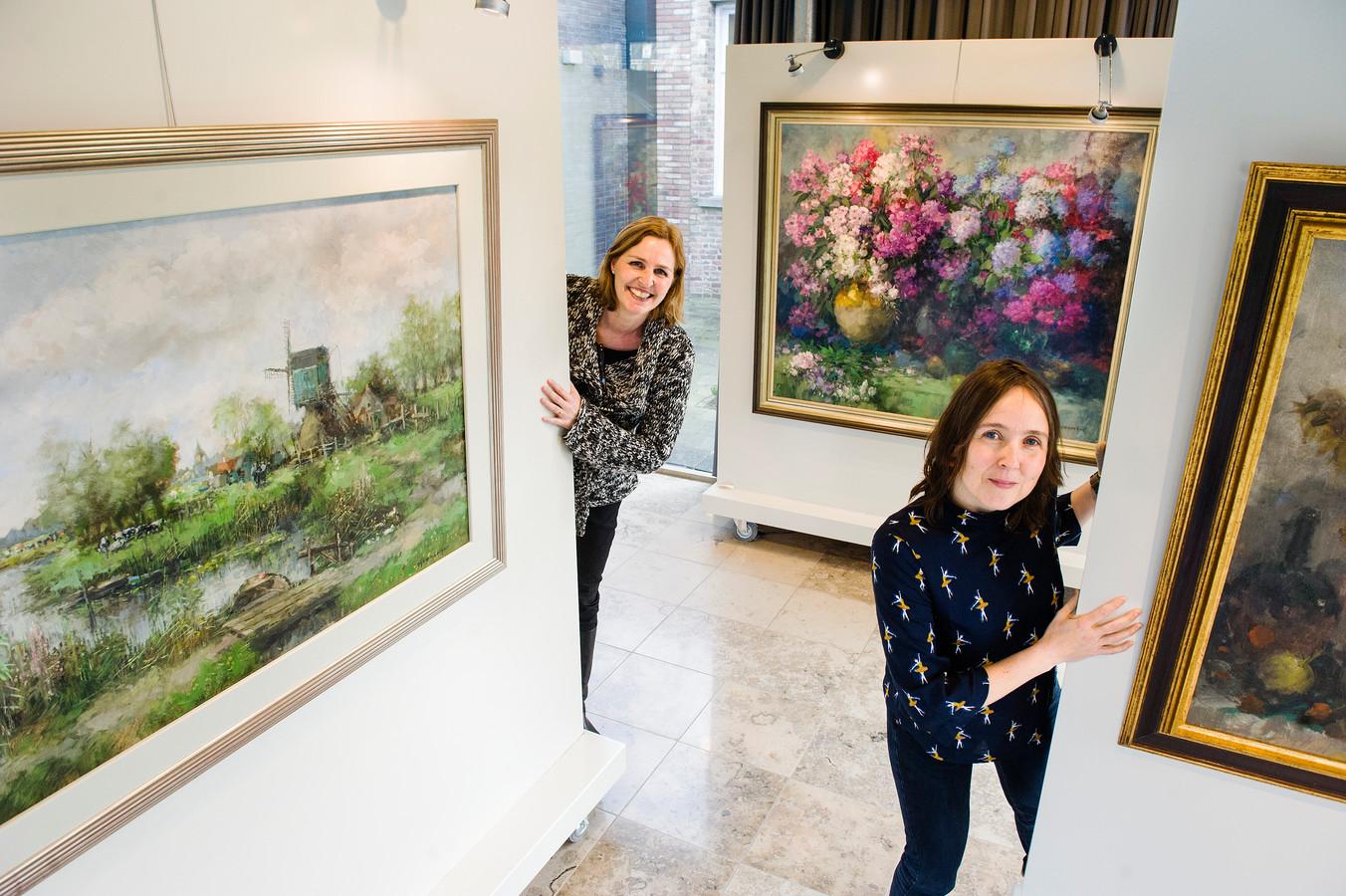 Conservator Marike de Kroon van het museum Jan Heestershuis en rechts gastconservator Annie van Dinther, zij is bestuurslid van de Stichting Atelier Dorus van Oorschot.