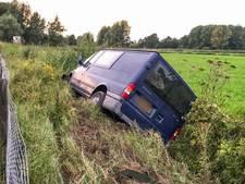 Busje rijdt sloot in op Helmondweg in Nuenen