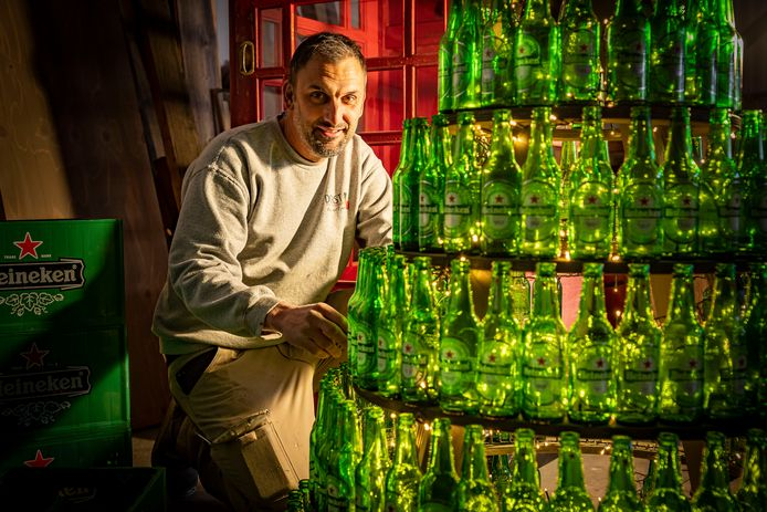 Emiel Dorst uit Bruinisse heeft een bijzondere kerstboom van bierflesjes gemaakt.