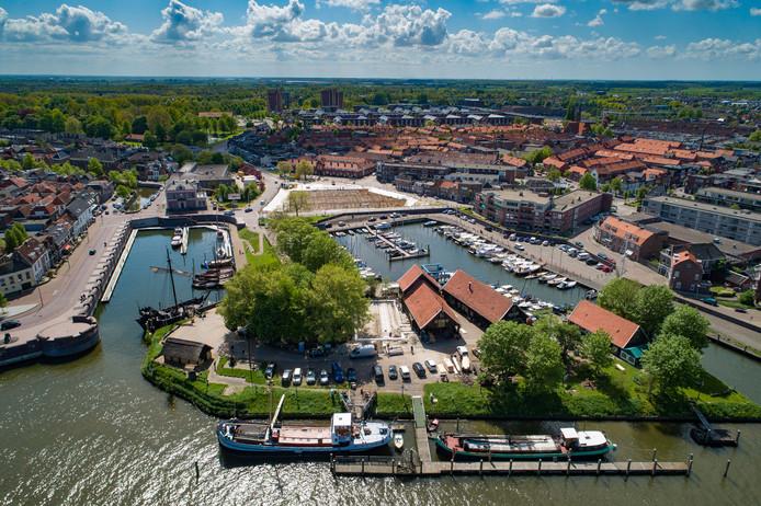 De Koggewerf in Kampen. De panden aan de Havenweg staan precies onder de bomen, linksonder.