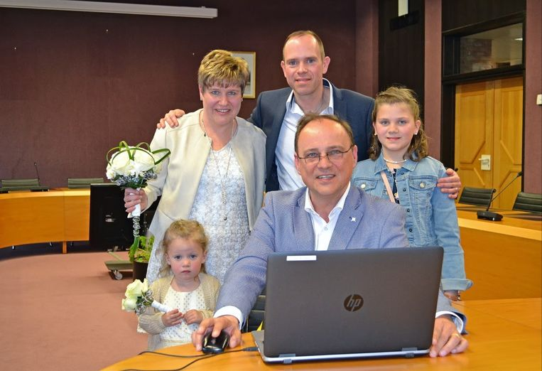 Schepen Jan De Nul voltrekt het eerst digitale ondertekende huwelijk in Denderleeuw.