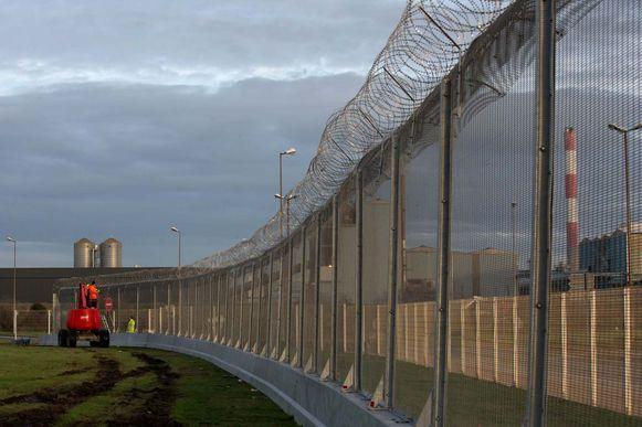 Een hek moet migranten tegenhouden de ferry te bereiken in Calais.