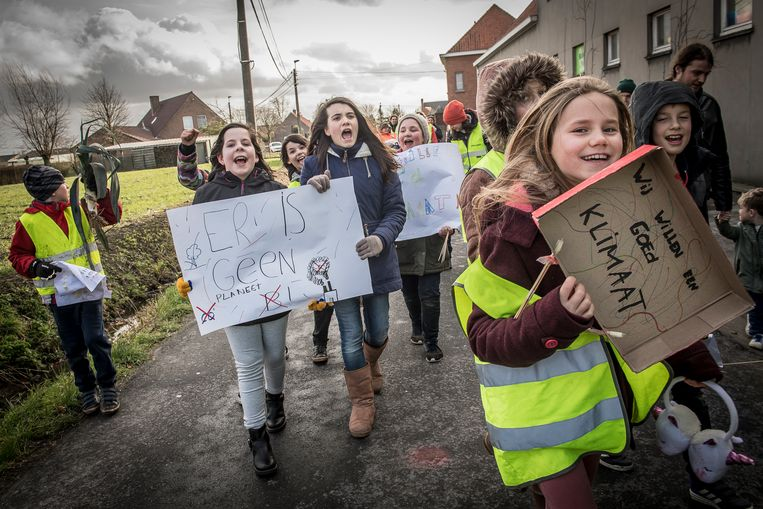 De leerlingen van Freinetschool De Kleine Tovenaar kwamen op straat met allerlei pamfletten en spandoeken.