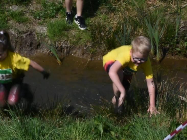 Rennen door de modder tijdens Bouw en Bagger Run