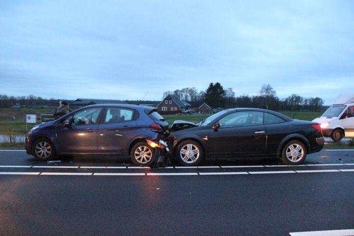 Op De Almeloseweg zijn dinsdagmiddag drie auto's op elkaar gebotst.