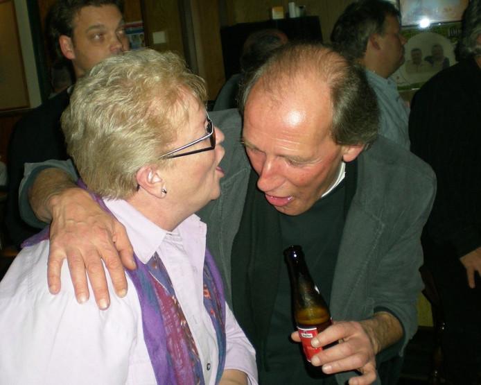 Rob vermaakt zich met een bezoekster van cafe Bet Kolen tijdens een redactie-feestje in 2008.\nFoto Toine van Berkel