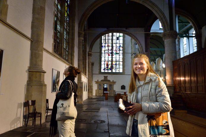 Mariëlle Ader is op zoek naar het familiewapen van haar familie in de Sint-Jan in Gouda, Merlijn Tak helpt op de achtergrond met speuren.