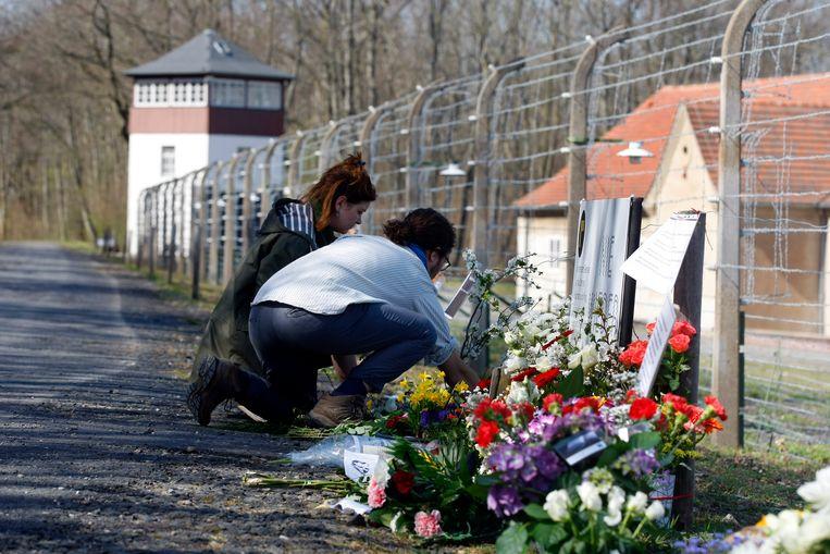 Bloemen bij de vanwege corona gesloten Gedenkplaats Buchenwald.  Beeld Belga