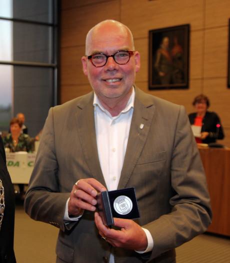 Thools wethouder Kees van Dis onderscheiden met erepenning