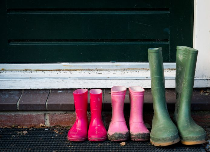2013-10-24 00:00:00 DELFT - Regenlaarzen van een gezin bij de voordeur. ANP XTRA ROOS KOOLE