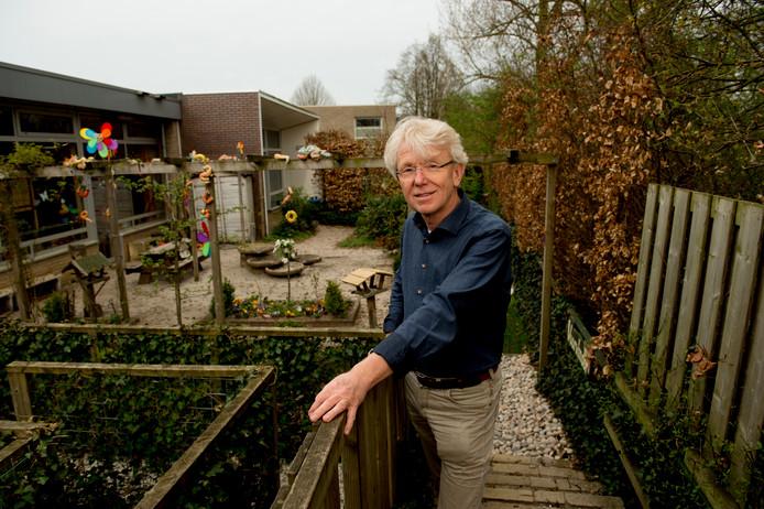 Ben Hilderink, directeur, in de tuin van basisschool De Mheen.