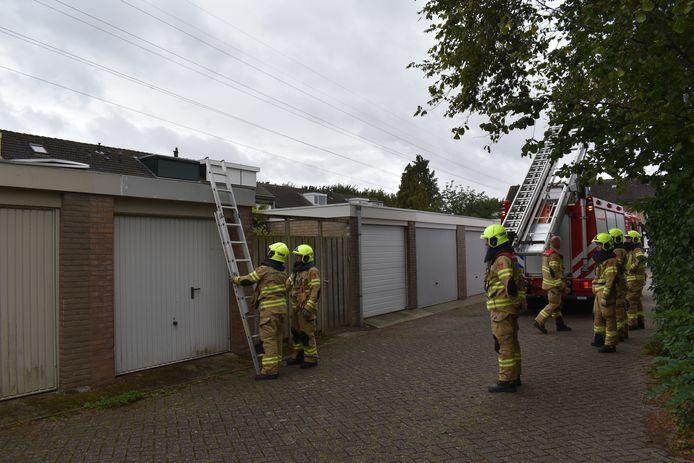 Het afgewaaide dak van de garagebox in Bemmel.