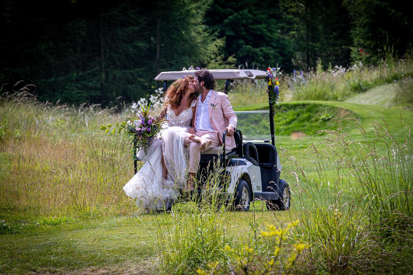 Katja Schuurman en Freek van Noortwijk zijn vrijdag al officieel getrouwd en vieren dat het hele weekend met familie en vrienden in de Noordoostpolder.