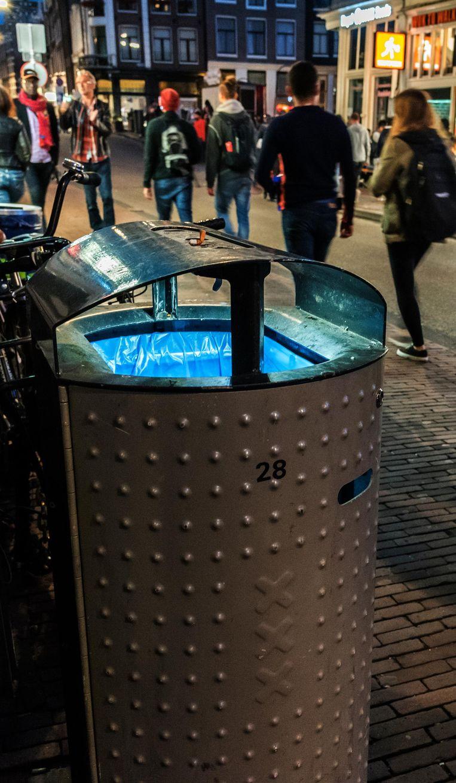 Een vuilnisbak met verlichting in de Damstraat Beeld -