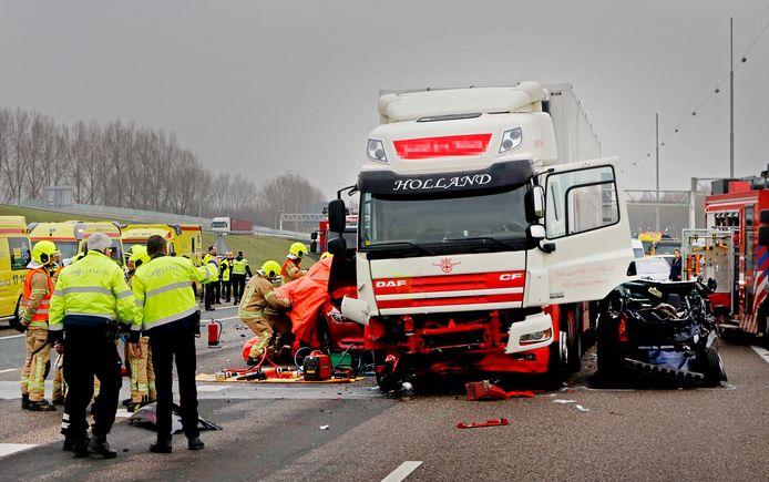 Bij een kettingbotsing op de A16 bij knooppunt Ridderkerk kwam een persoon uit Pijnacker om het leven.