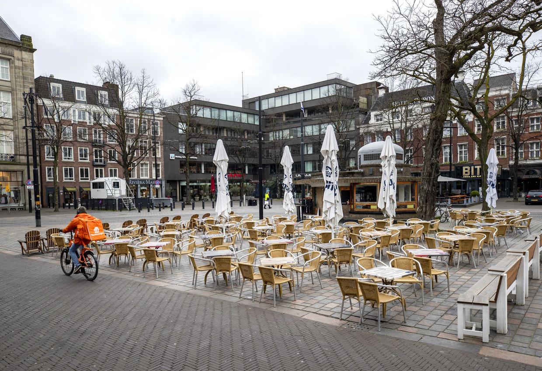 Een leeg terras in het centrum van Den Haag nadat horeca gesloten is vanwege maatregelen tegen het coronavirus.