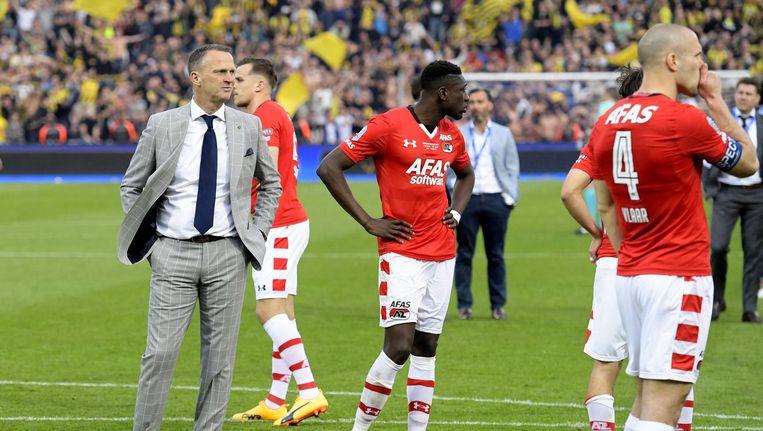 John van den Brom met zijn team na het 0-2 verlies van Vitesse in de bekerfinale. Beeld anp