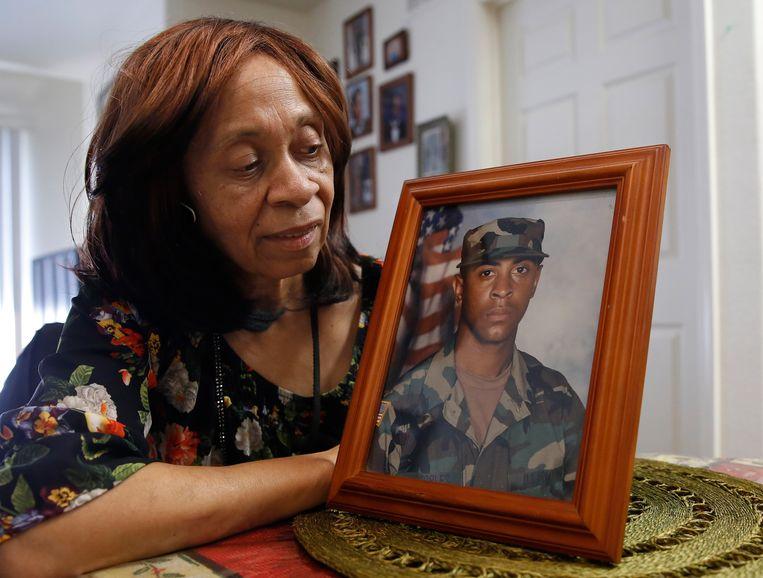 Leevell Peoples, de moeder van Isaiah, naast een foto uit zijn legerperiode.