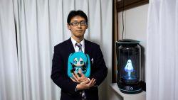 """Japanse man (35) trouwt met hologram: """"Ik ben altijd verliefd geweest op Miku"""""""