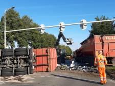 Gekantelde vrachtwagen zorgt voor verkeersoverlast in Doetinchem, oprit A18 bezaaid met ijzer
