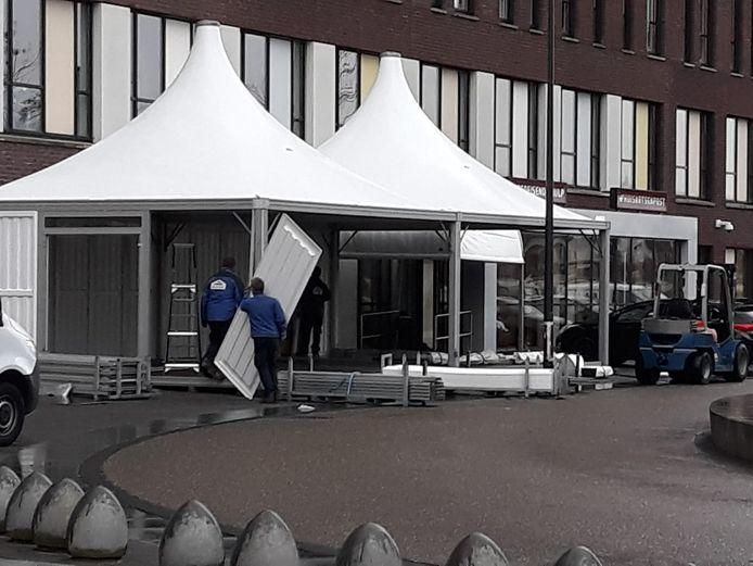 De tent werd vrijdagmiddag bij de ingang van de Spoedeisende Hulp geplaatst