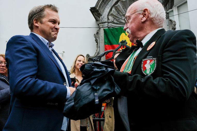 Burgemeester Paul Van Miert bij de inhuldiging van het jokerkostuum.