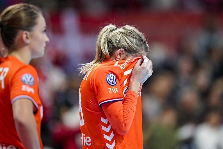 De teleurgestelde Nederlandse handbalster Estavana Polman na de wedstrijd tegen Denemarken op het WK handbal. Beeld ANP