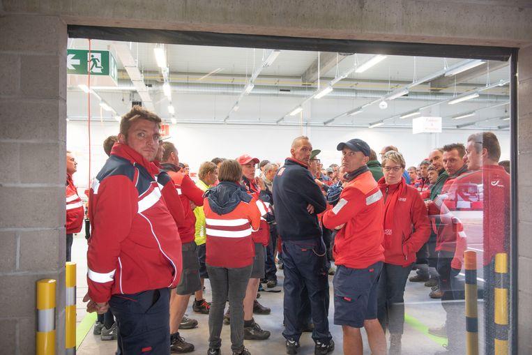 Het postpersoneel krijgt van de vakbonden te horen wat de directie voorstelt en gaat uiteindelijk akkoord.