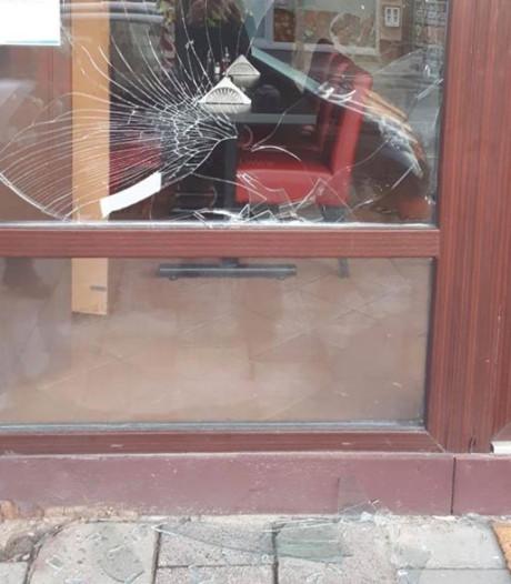 Man met mes verzet zich bij arrestatie in Almelo: ruit kapot en politiehond ingezet