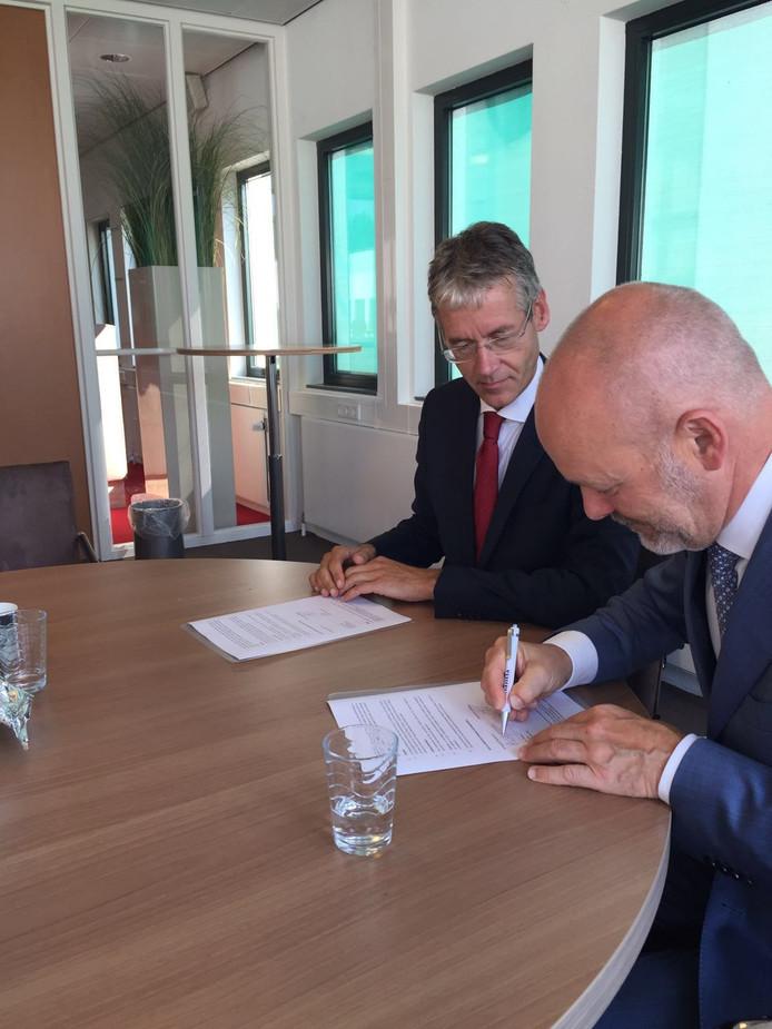 Arie Slob en Bart Verkade bij de ondertekening van het contract