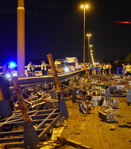 Motorblokken vliegen over A58 uit gekantelde vrachtwagen; weg weer open