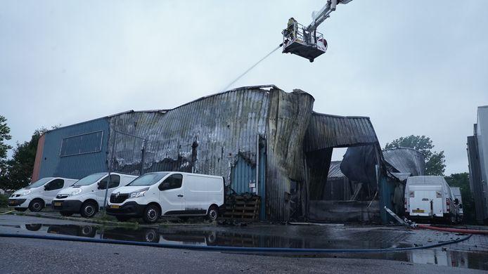 Het pand van het metaalbewerkingsbedrijf in Deventer is door de brand verwoest.