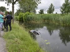 Omstanders redden automobilist uit het water in Lopik
