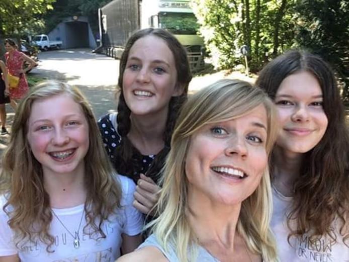Ilse DeLange met Loes ten Den (links) en de twee andere fans die een nummer voor haar schreven.