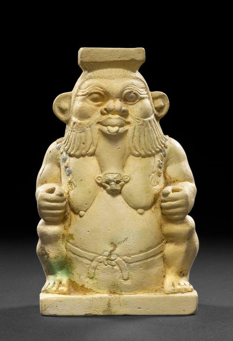 Bes, met zijn dikke buik, korte beentjes, en uitgestoken tong, stond dicht bij de mensen. Beeld collectie Museum August Kestner Hannover