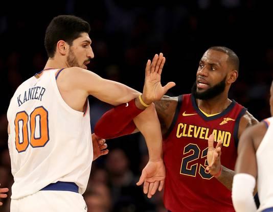 Enes Kanter van New York Knicks heeft even een klein probleempje met LeBron James.