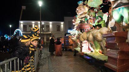 Carnavalsstoet trotseert regenbuien