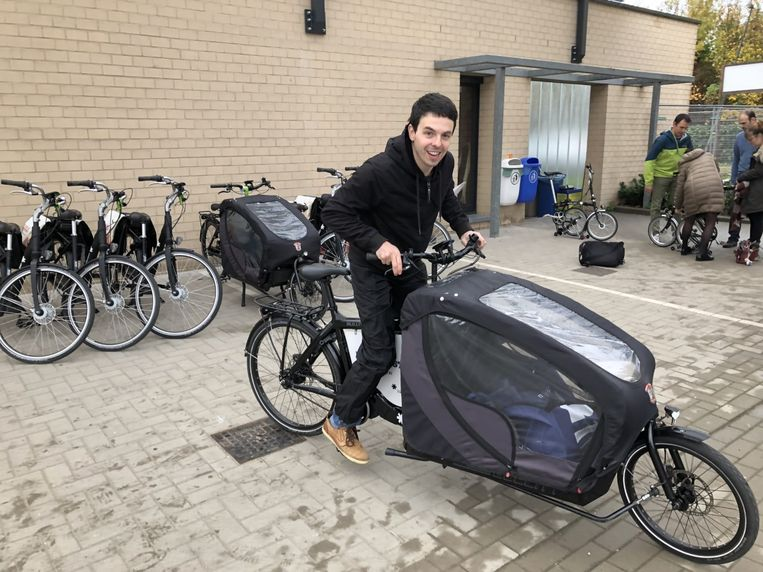 Leraar David Nijs test één van de elektrische fietsen van de provincie uit.