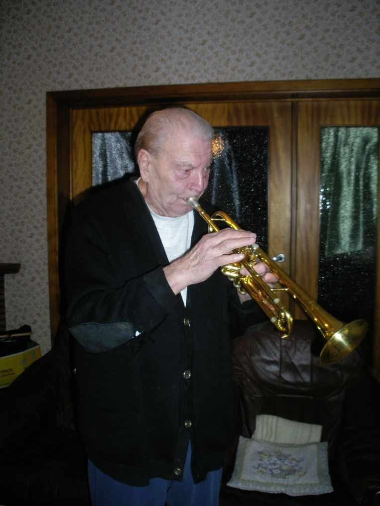 Mon Harnie op zijn negentigste verjaardag, uiteraard met trompet in de hand.