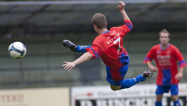 Ivo Pas scoort op prachtige wijze voor JOS. Zijn volley belandt in de bovenhoek en JOS gaat aan kop in de eerste klasse A. Foto Marcel Israel Beeld