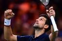 Novak Djokovic viert zijn overwinning.