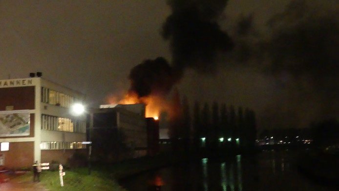 De vlammen sloegen vrijdagavond uit het dak in het complex van de Spullenmannen aan de Eemhaven.
