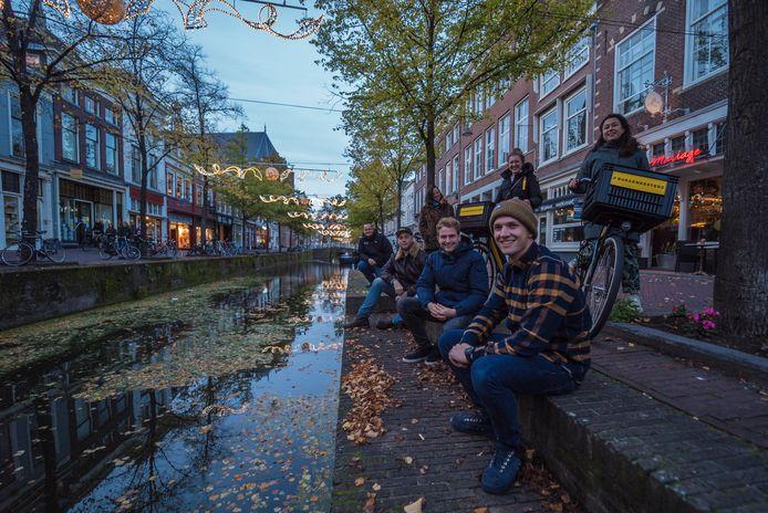 Guy Verbeek (zittend, tweede van rechts) met zijn collega's van De Burgemeesters. ,,De avond zit vol met verhalen en Delftse muziek.''