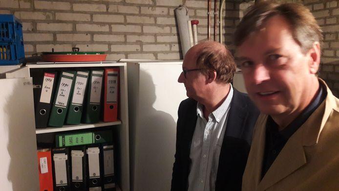 Rolf Hage (rechts) en Rob van de Laar van Erfgoed 's-Hertogenbosch bij een deel van het archief van fotograaf Jan Verhoeff.