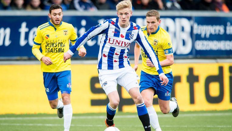 SC Heerenveen- speler Morten Thorsby maakt een actie in het duel met Cambuur Leeuwarden. Beeld anp