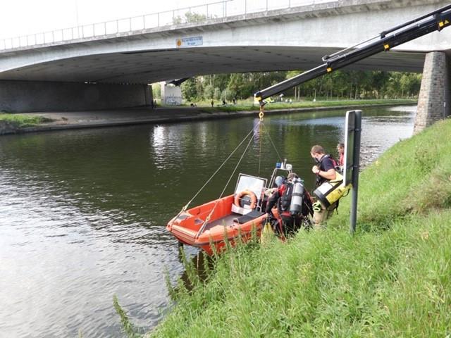 De brandweer stuurde een boot het water op.
