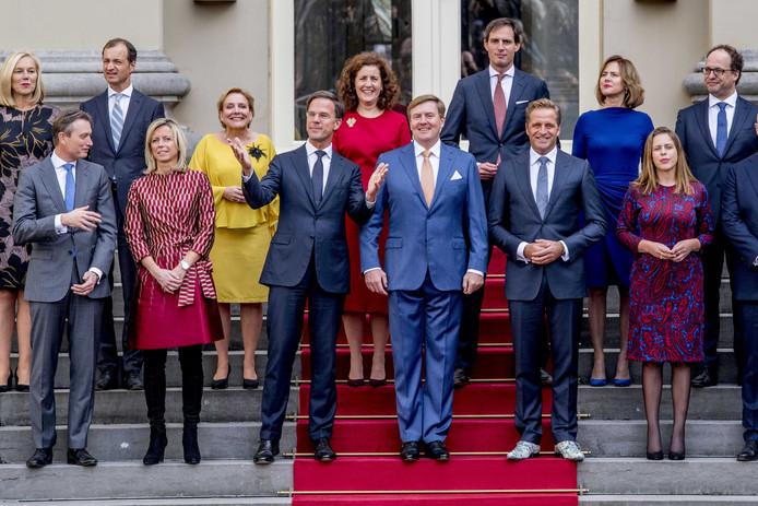 Het kabinet-Rutte III kort na de beëdiging in oktober vorig jaar. Alle leden van het kabinet worden onder verscherpt toezicht gesteld bij banken en verzekeraars.
