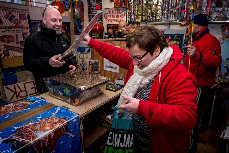 De Verkoop van het vuurwerk is weer van start gegaan zo ook bij Lauts vuurwerkverkoop in de Bethanienstraat Beeld Rink Hof